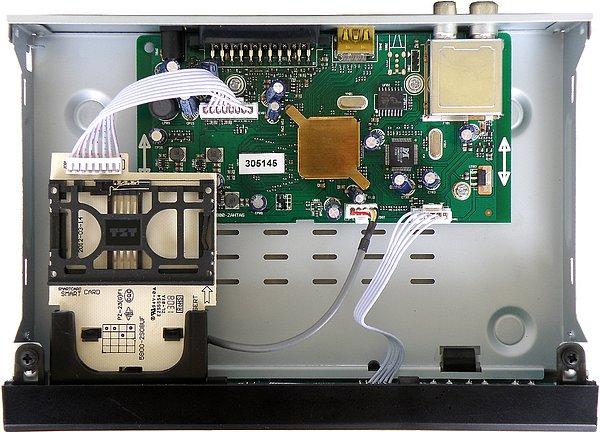 Čisté a precizní provedení přijímače. Uprostřed pod pasivním mosazným chladičem je hlavní procesor. Vlevo dole čtečka karet Irdeto. Vzhledem k tomu, že síťový napáječ je umístěn mimo přijímač je prostor okolo desky plošného spoje nevyužit