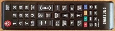 Standardní kompaktní dálkový ovladač, který Samsung dává i k velmi drahým televizorům. Druhým je obvyklý stylový.