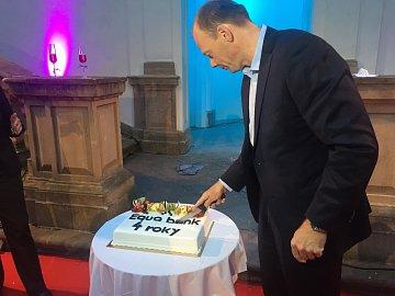 Petr Řehák, generání ředitel a předseda představenstva Equa bank, krájí narozeninový dort banky. (15.09.2015)