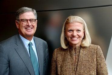 Bývalý šéf IBM Samuel Palmisano a současná ředitelka Virginia Rometty.