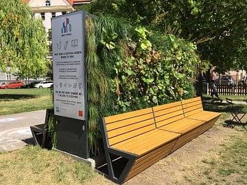 Chytrá lavička na Puškinově náměstí v Praze