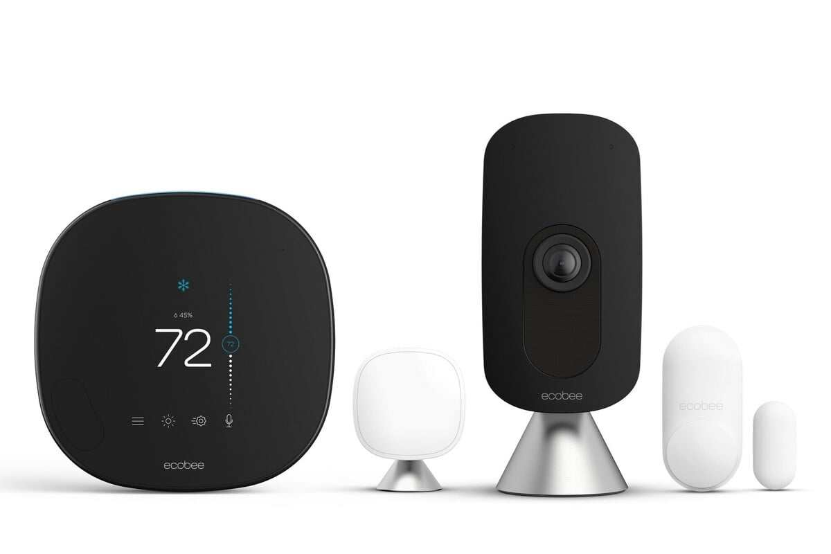 Zleva doprava: Chytrý termostat Ecobee, pokojový senzor SmartSensor, chytrá kamera a dveřní/okenní senzor SmartSensor