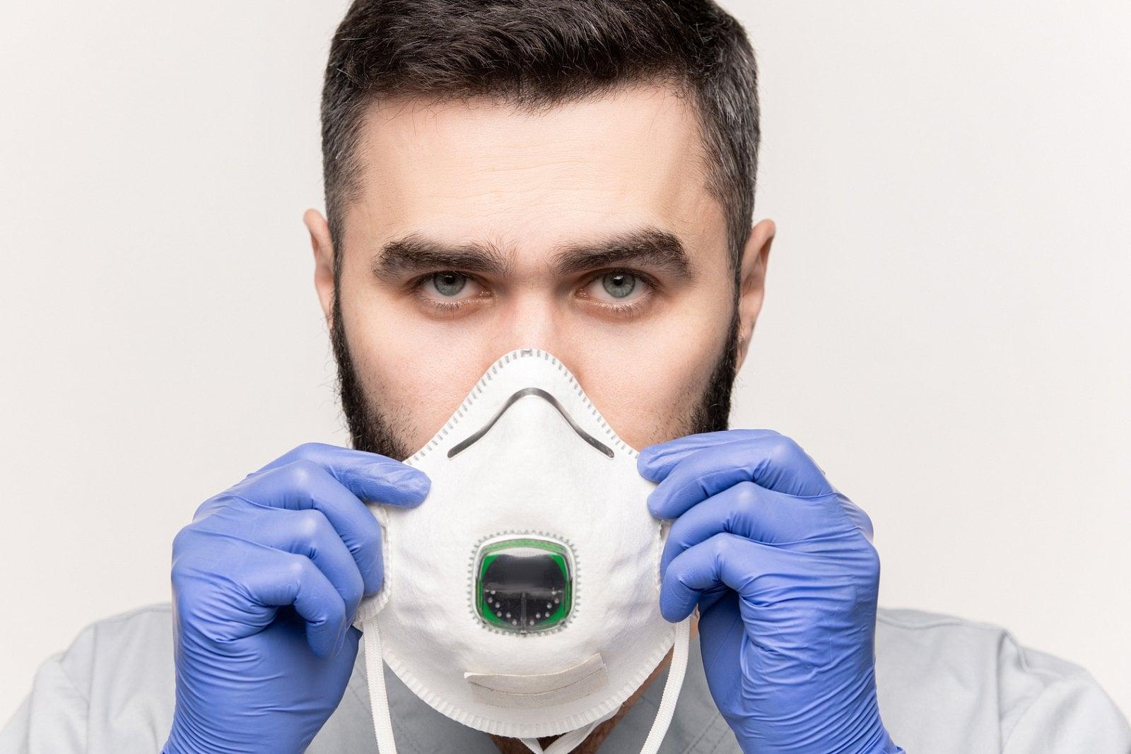 Respirátor filtruje většinu částic – když je správně nasazen