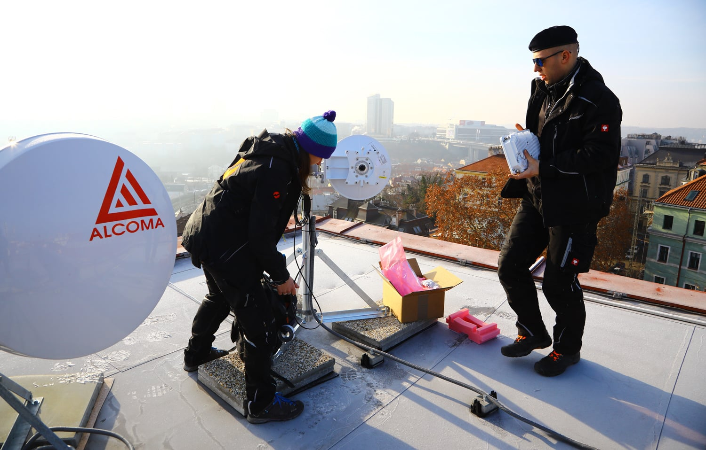 Instalace mikrovlnného spoje na střeše hotelu