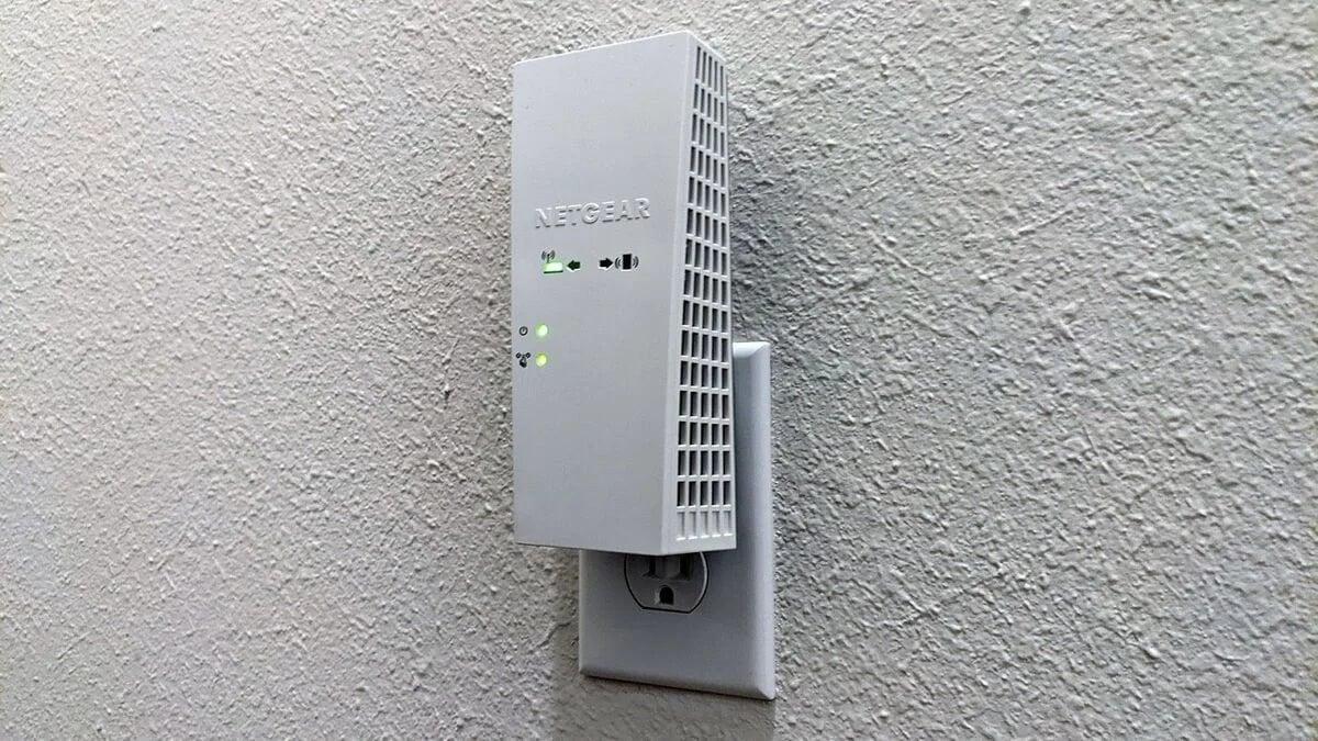 Tato zásuvka se nachází v polovině cesty mezi bezdrátovým směrovačem nacházejícím se v obývacím pokoji a ložnicemi.