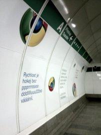 Přestup mezi linkami metra A a B ve stanici Můstek zdobí reklama na Google Chrome.