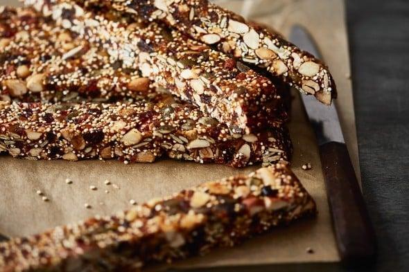 Domácí tyčinky se sušeným ovocem, ořechy a quinoou