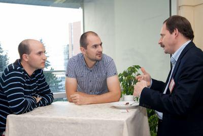 Šéf Yandexu Arkadij Volož diskutuje v roce 2009 se zástupci Seznamu. Zleva Michal Feix, současný výkonný ředitel firmy a Pavel Zima, generální ředitel Seznamu.