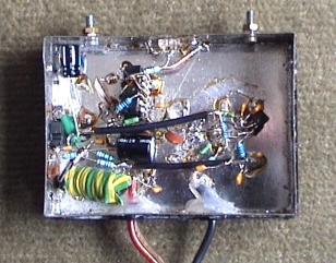 Pohled do krabičky vysílače, letováno bez tištěného spoje