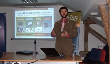 Peter Korn uprostřed prezentace