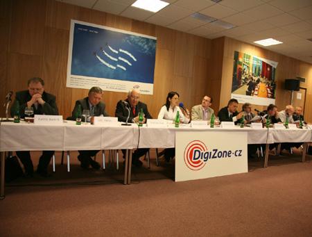 DZ Kulatý stůl - pohled na účastníky