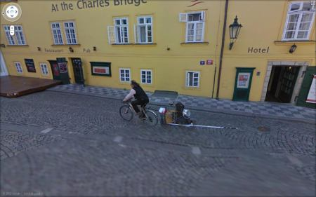 StreetView zajímavosti: cyklista na Kampě